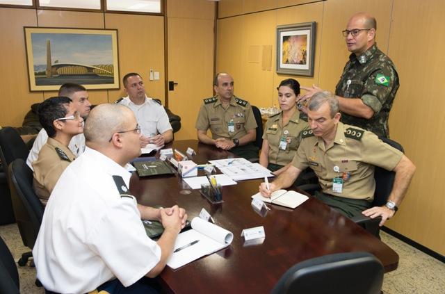Exércitos Brasileiro e Norte-Americano trocam experiências durante intercâmbio de assessores jurídicos.