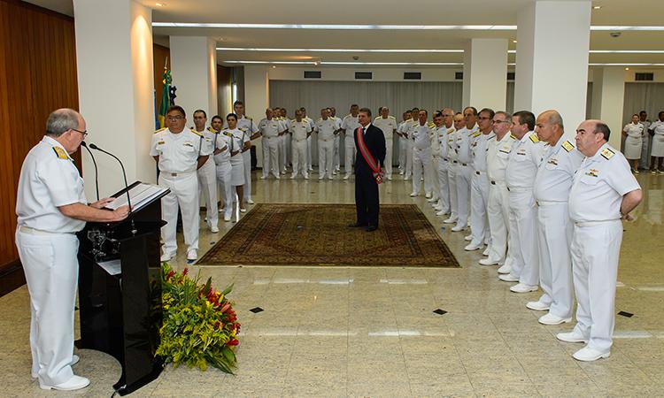 Ministro da Defesa é agraciado com a Ordem do Mérito Naval no grau de Grã-Cruz