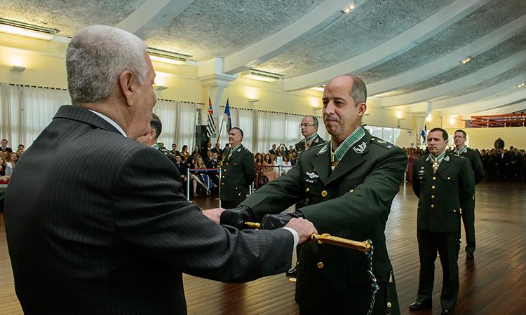 Entrega de espadas a oficiais generais renova compromisso do Exército com o País