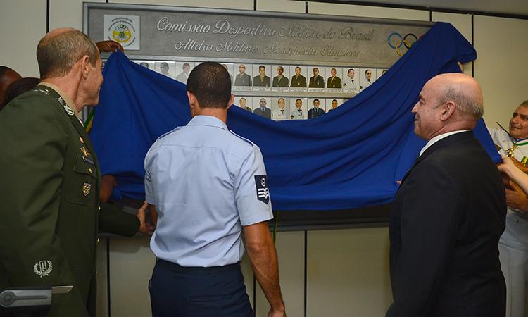 Medalhistas olímpicos militares prestigiam inauguração de galeria de fotos do Ministério da Defesa