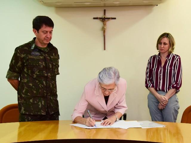 Exército Brasileiro e Universidade Franciscana firmam acordo de cooperação para a realização de estágios acadêmicos