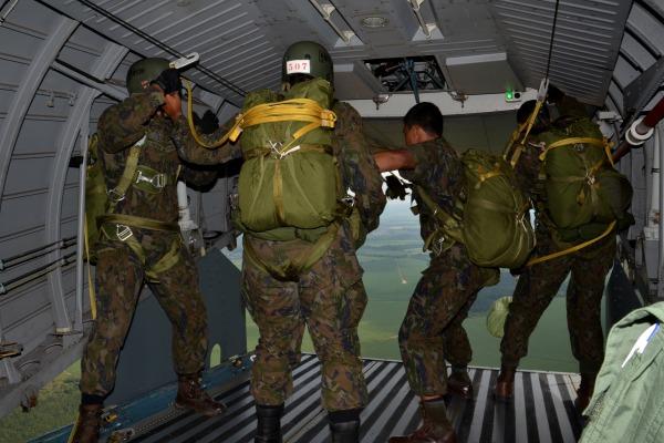 Cadetes da AFA recebem Instrução de Salto de Emergência