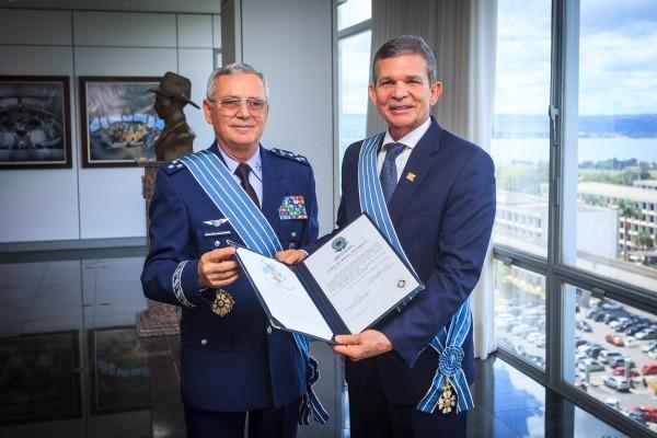 Ministro da Defesa interino recebe Ordem do Mérito Aeronáutico no grau Grã-Cruz