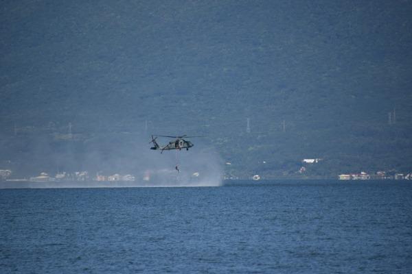 Exercício de salvamento no mar é realizado pela FAB em Florianópolis (SC)