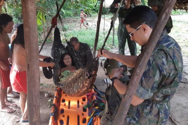 Helicóptero da FAB resgata indígena em aldeia do Amapá