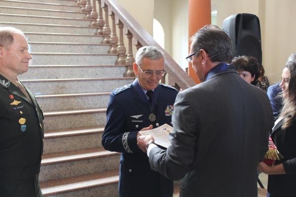 Comandante da Aeronáutica é agraciado com comenda em São Gabriel (RS)