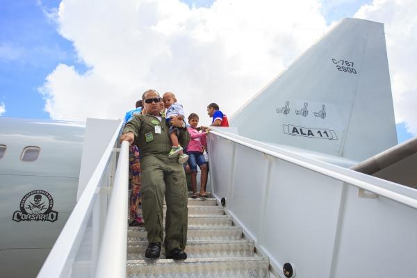Assista como foi o transporte dos imigrantes venezuelanos realizado pela Força Aérea