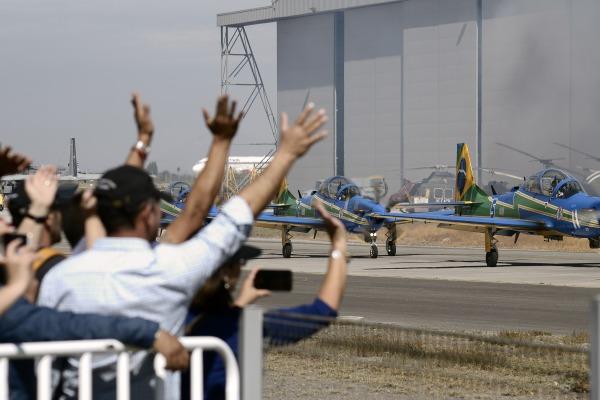 Esquadrilha da Fumaça se despede da 20ª Feira Internacional do Ar e do Espaço no Chile