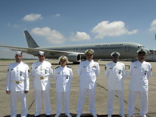 Militares do BtlEngFuzNav recebem condecoração da FAB por apoio na Antártida