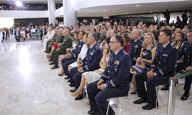 Oficiais generais promovidos se apresentam ao presidente em cerimônia no Planalto