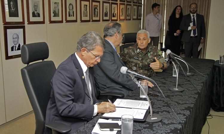 Defesa e Segurança Pública assinam acordo que amplia participação do Exército na capacitação de PMs