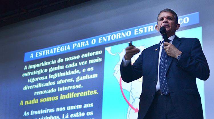 Em Conferência do Curso Superior de Defesa, ministro Silva e Luna fala sobre Operação Acolhida