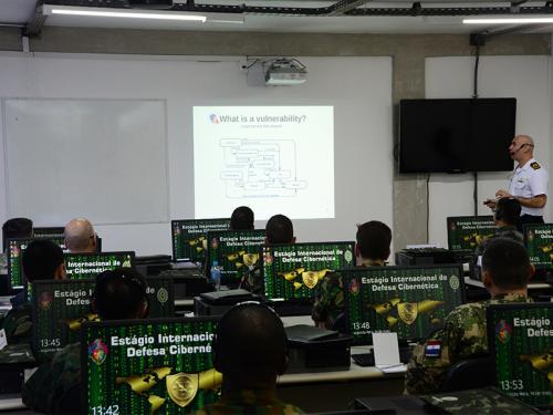 Diretoria de Comunicações e Tecnologia da Informação da Marinha ministra instrução em estágio internacional de defesa cibernética do Exército Brasileiro