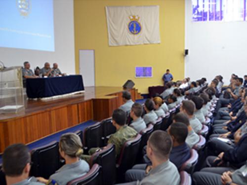 Diretor-Geral do Pessoal da Marinha reúne-se com alunos do Corpo de Saúde