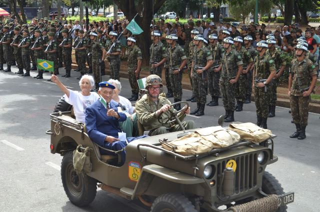 Público celebra Dia da Vitória junto a Pracinhas, num dos principais pontos turísticos da Capital mineira.