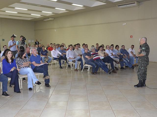 Comandante da 4ª Brigada de Cavalaria Mecanizada realiza palestra sobre reforma do aeroporto em Dourados