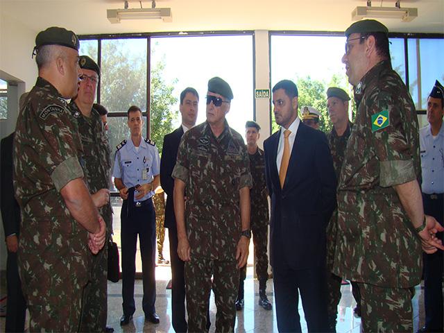 Secretário de Assuntos Estratégicos e Comitiva visita o 1° Batalhão de Guerra Eletrônica