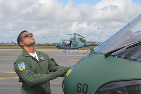 Alunos de Especialização Operacional iniciam voo solo em helicóptero