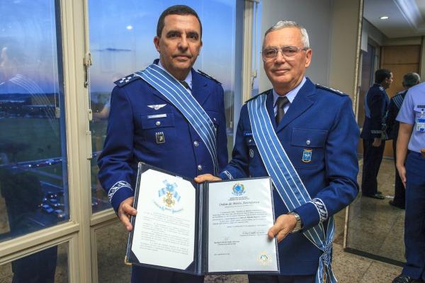Tenente-Brigadeiro do Ar Baptista Junior recebe Comenda da Ordem do Mérito Aeronáutico