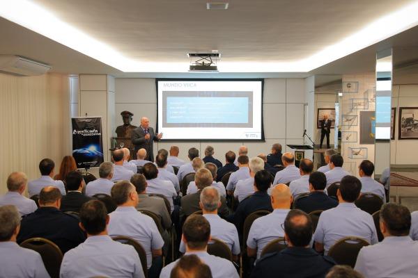 Oficiais-generais assistem à palestra sobre inovação em tecnologia e gestão