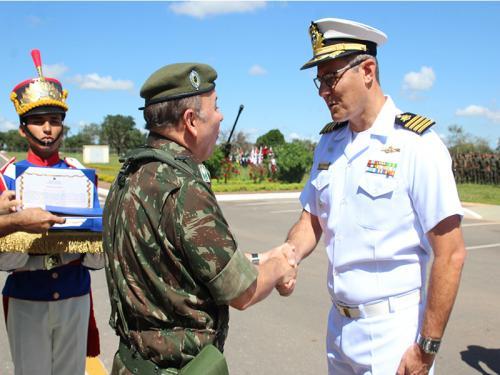 Centro de Instrução e Adestramento de Brasília recebe diploma de Colaborador Emérito do Exército Brasileiro