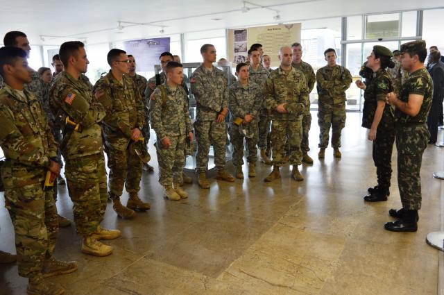 Monumento Nacional aos Mortos da Segunda Guerra Mundial recebe a Visita do Corpo de Treinamento de Oficiais da Reserva do Exército dos Estados Unidos da América