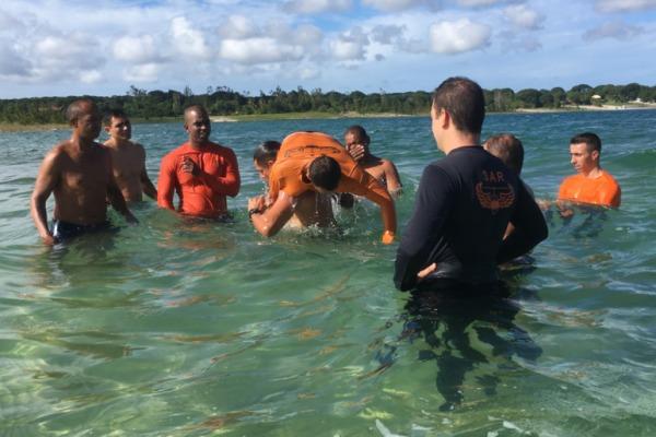 Ala 10 realiza exercício de resgate aquático em Natal (RN)