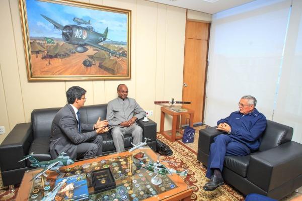 Comandante recebe representantes da Organização de Aviação Civil Internacional (OACI)