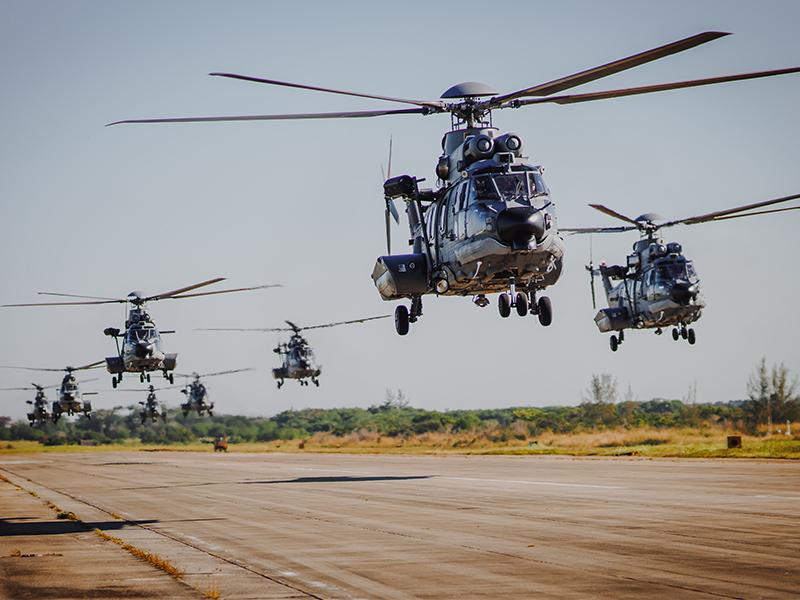 2º Esquadrão de Helicópteros de Emprego Geral realiza voo com oito aeronaves simultaneamente
