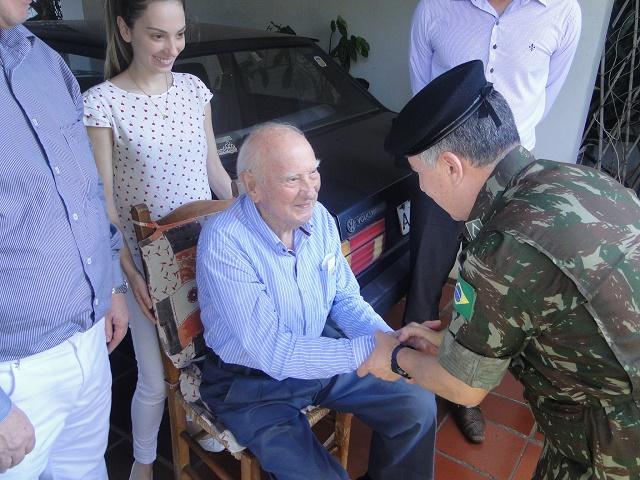 Ao completar 99 anos, ex-combatente se emociona com homenagem realizada pelo Exército na cidade de Cascavel
