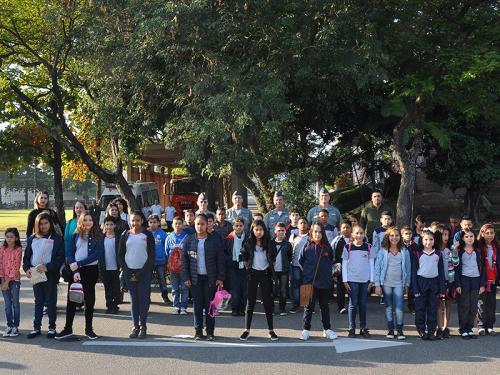Alunos de escola de Duque de Caxias participam de cerimônia cívico-militar na Base de Abastecimento da Marinha no Rio de Janeiro