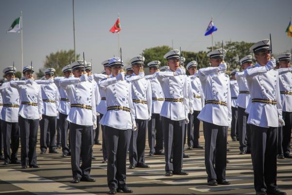 Cadetes do primeiro ano da Academia da Força Aérea recebem espadins em cerimônia