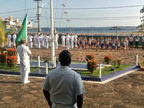 Capitania Fluvial de Santarém realiza Cerimonial à Bandeira com alunos da Escola Municipal Sofia Imbiriba