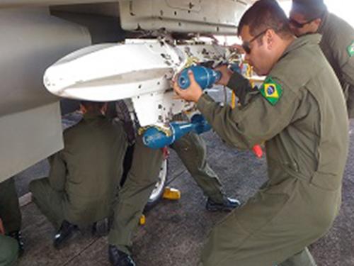Esquadrão VF-1 realiza campanha de emprego ar-solo com a primeira Aeronave Biposto Modernizada