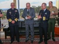 Ministro Etchegoyen recebe diploma