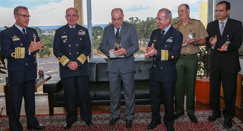 Ministro Etchegoyen recebe diploma de Honra ao Mérito da Engenharia da Marinha