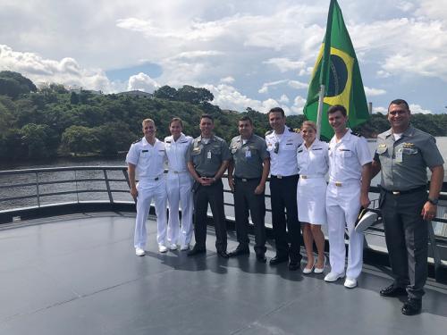 Navio de Assistência Hospitalar Soares de Meirelles recebe visita de Aspirantes da Academia Naval de Annapolis – EUA