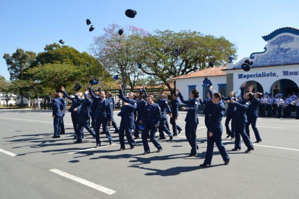 Novos sargentos temporários são incorporados à Força Aérea Brasileira (FAB)