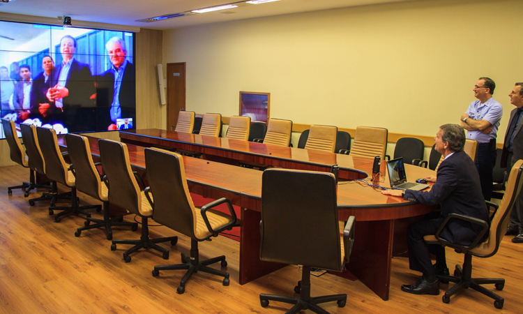 Videoconferência inicia operação por satélite