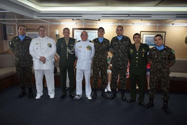 8º Contingente do Exército Brasileiro no Líbano participa da transmissão de cargo da Fragata Independência