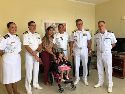 Comando do 4º Distrito Naval entrega cadeira de rodas para criança da Família Naval