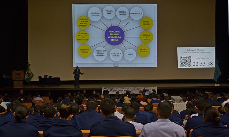 Universitários e cadetes participam de congresso sobre defesa na AFA