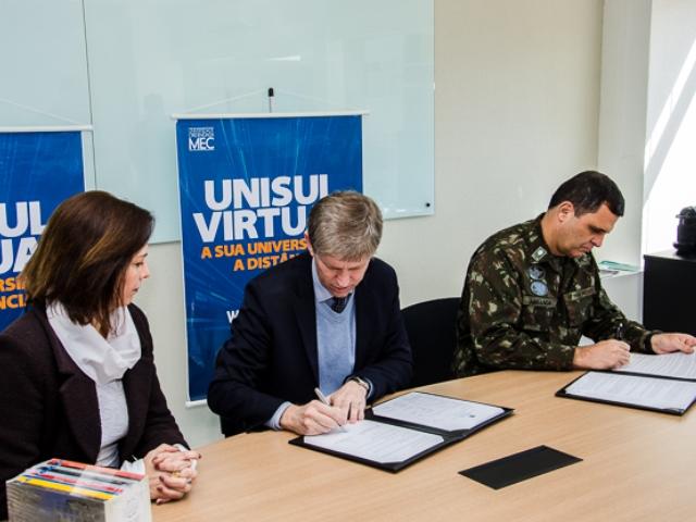 Exército Brasileiro assina convênio com Universidade do Sul de Santa Catarina para cursos a distância