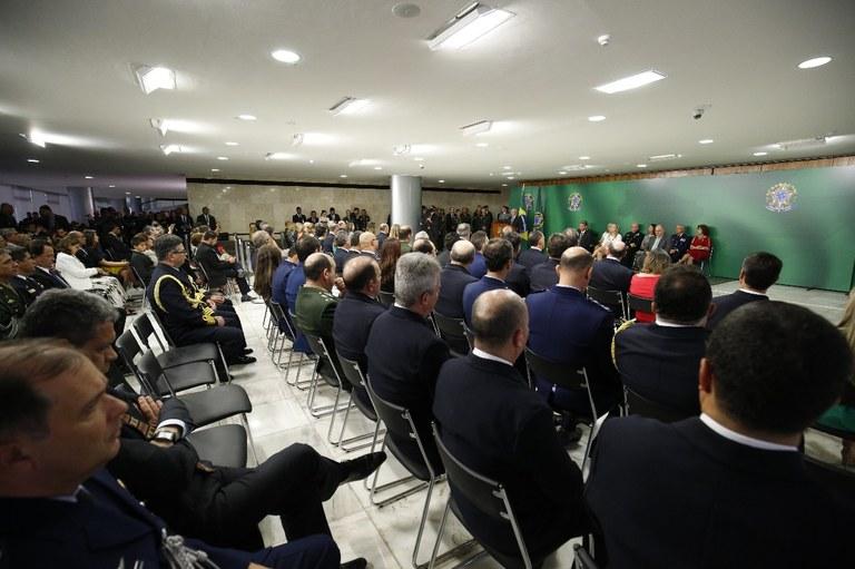 Militares recebem certificado do curso sobre logística de defesa de escola americana