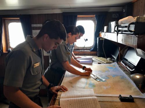 Navio Oceanográfico Antares recebe visita de Aspirantes da Escola Naval