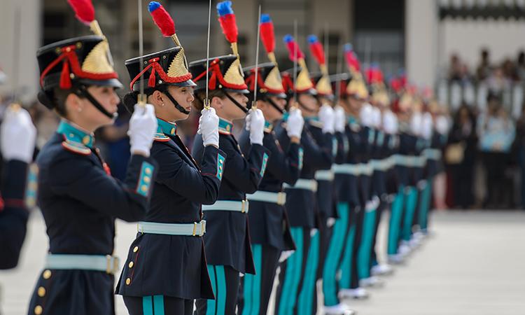 Primeira turma da AMAN com cadetes mulheres recebe o Espadim