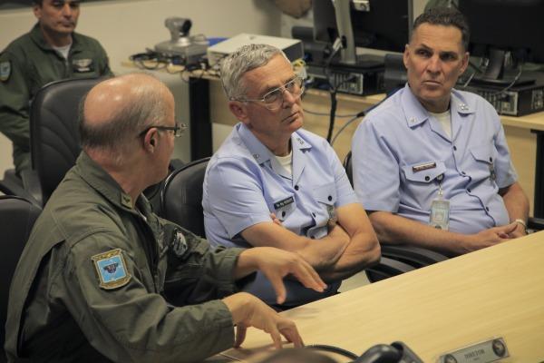 Comandante da Força Aérea Brasileira visita as instalações do COMAEX