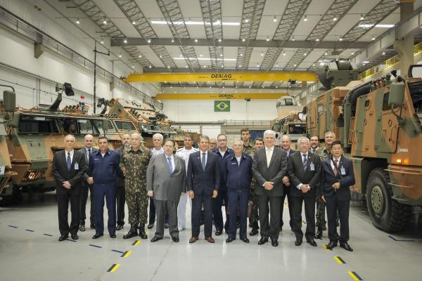 Comitiva visita indústrias e unidades de tecnologia aeroespacial da FAB