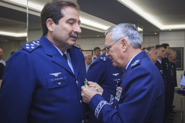 FAB entrega medalhas a militares com mais de 30 e 40 anos de serviço