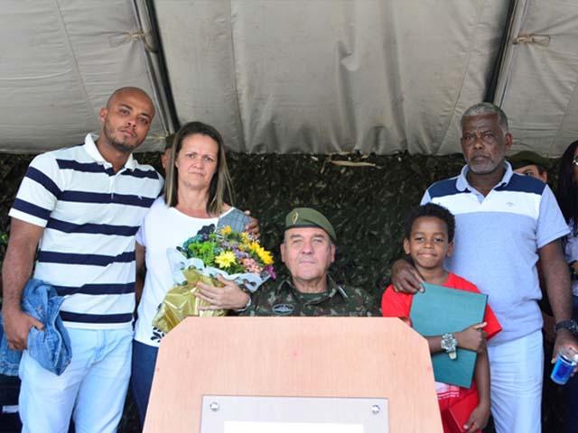 Família dos militares que perderam a vida nas operações do Rio de Janeiro recebem Medalha Sangue do Brasil